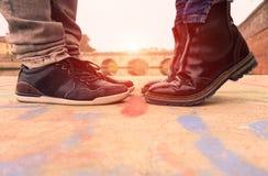 亲吻年轻的夫妇户外-恋人掩藏了日期在sunse 库存照片