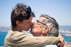 亲吻的夫妇户外 免版税库存照片