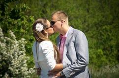 亲吻的夫妇户外 免版税库存图片
