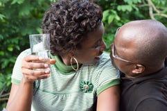 亲吻的夫妇户外 免版税图库摄影