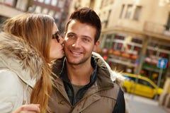 亲吻的夫妇特写镜头照片  免版税库存图片