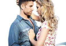 亲吻的夫妇的浪漫场面 免版税库存照片