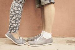 亲吻的夫妇的特写镜头脚室外在街道 免版税库存照片
