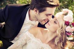 亲吻的婚姻浪漫场面  免版税图库摄影