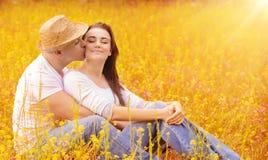 亲吻年轻的家庭户外 免版税库存照片