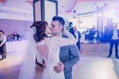 亲吻的新婚佳偶的特写镜头边画象在他们的第一个舞蹈期间的 免版税图库摄影
