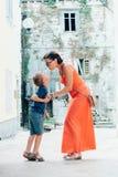 亲吻的母亲和儿子招标 免版税图库摄影