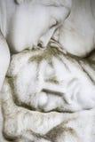 亲吻死的耶稣的玛丽亚雕塑 未知的arti 库存图片