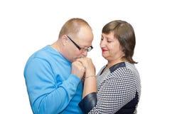 亲吻他的妻子的手的丈夫 免版税库存图片