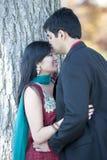 亲吻他的年轻愉快的印地安人新娘 图库摄影