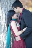 亲吻他的年轻愉快的印地安人新娘 库存图片