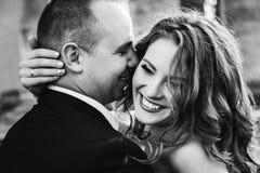 亲吻他笑的妇女的人黑白照片 免版税库存照片