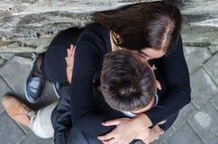 亲吻年轻美好的夫妇,当走在利沃夫州时,当摄制爱情小说时 免版税库存照片