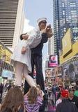 亲吻雕象时常摆正 免版税库存图片