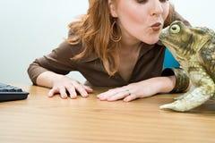 亲吻青蛙的妇女 免版税图库摄影