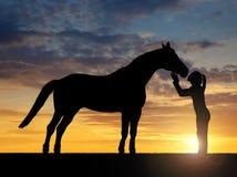 给亲吻马的女孩 库存图片