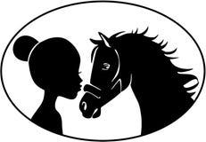 亲吻马的小女孩 库存照片
