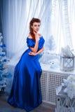 人、样式、假日、发型和时尚概念-愉快的少妇或青少年的女孩蓝色礼服的 库存图片