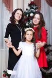 人、母性、家庭、圣诞节和收养概念-愉快的在家拥抱母亲和的女儿 免版税库存图片