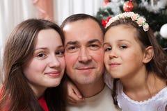 人、母性、家庭、圣诞节和收养概念-愉快的在家拥抱父亲和的女儿 图库摄影