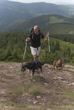 人、狗和山 免版税图库摄影