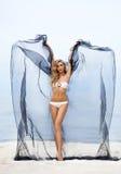 年轻人、适合和美丽的妇女海滩跳舞的与丝绸 库存图片