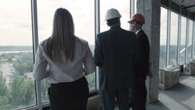 人、moman在衣服,安全帽和黑人 股票录像