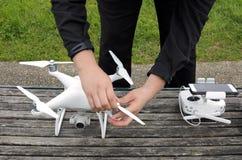 人一条寄生虫为飞行做准备 免版税图库摄影