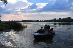 人一条小船的在第聂伯河,美好的风景 库存图片