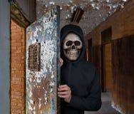 人万圣夜题材有头骨面具的欢迎您到监狱 免版税库存图片