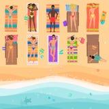从人上的看法一个晴朗的海滩的 夏令时海,沙子,伞,毛巾,衣裳,顶视图 也corel凹道例证向量 免版税库存图片