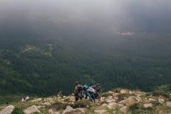 人下降下来在喀尔巴阡山脉的mounrains,乌克兰 免版税图库摄影