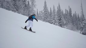 人下降在雪板的山在slowmo 影视素材