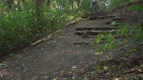 人下降被破坏的楼梯 影视素材