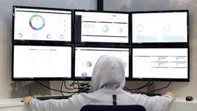 人与多台显示器一起使用 股票视频