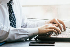 人与它的膝上型计算机一起使用 免版税库存照片