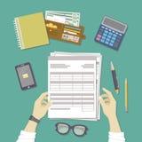 人与文件一起使用 人的手举行帐户,工资单,报税表 有纸的,空白,形式,电话工作场所 库存例证