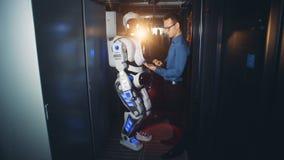 人与机器人一起使用在数据中心,关闭  影视素材
