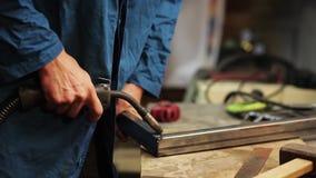 人与焊接器的焊接金属 股票录像