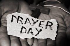 人与耶稣受难象和文本祷告天 图库摄影