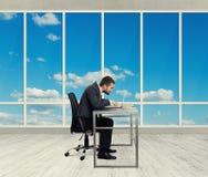 人与膝上型计算机一起使用在办公室 库存照片