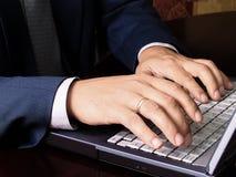 人与计算机一起使用 免版税图库摄影
