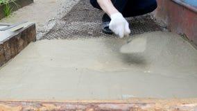 人与铁锹小心地排列水泥 影视素材