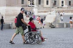 人丝毫轮椅和助理 免版税库存照片