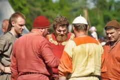 人中世纪礼服的北欧海盗 免版税库存照片