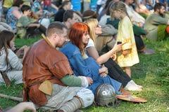 人中世纪礼服的北欧海盗 库存照片