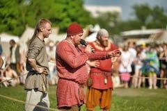 人中世纪礼服的北欧海盗 免版税库存图片