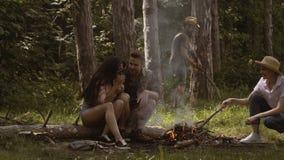 人临近阵营火 阵营火在夏天 做营火的小组朋友 影视素材
