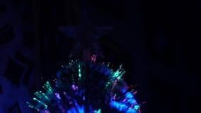 人为圣诞树用诗歌选和圣诞节星装饰 圣诞树美好的焕发在暗室 影视素材