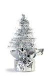 人为圣诞节做银色闪亮金属片结构树 免版税库存照片
